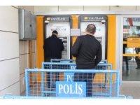 Elazığ'da korona virüsüne karşı ATM önlerinde sosyal mesafe  önlemi