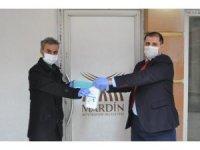 Mardin'de basın mensuplarına maske ve eldiven desteği