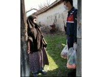 Jandarma ekiplerinin yardımı Hatice Teyze'nin gözlerini yaşarttı