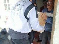 Milli yıldız Yusuf Yazıcı kapı kapı dolaşarak yardım dağıtıyor