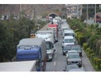 Antalya'da korona virüs uygulamasında kilometrelerce araç kuyruğu