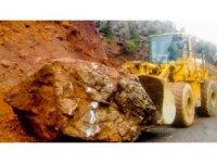 Dağdan kopan dev kaya parçası köy yolunu ulaşıma kapattı