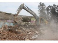 Depremde yıkılma riski taşıyan okul yıkılıyor