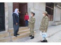 Mehmetçikten evinden çıkamayan vatandaşlara yardım