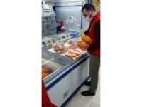 Siirt'te ekipler soğan ve tavuk isteyen yaşlıların talebini yerine getirdi