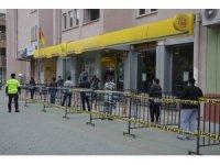 Ortaca'da polis 'sosyal mesafe' için bariyer kurdu