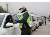 Polis araçları tek tek durdurup vatandaşları evde kalmaları için uyardı