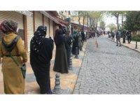 Parasını almak isteyen vatandaşlar sosyal mesafeye uyunca 2 kilometre uzunluğunda kuyruk oluştu