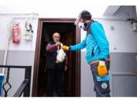 Gaziosmanpaşa'da 65 yaş üstü vatandaşların çöpleri kapılarından alınıyor