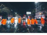 Gürcistan'da caddeler köpüklü su ve dezenfektanlarla temizlendi