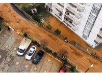Silvan'da sağanak yağış caddeleri göle çevirdi