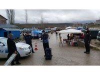 Tufanbeyli'de Zabıta, vatandaşları dezenfektan ile karşıladı