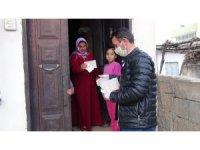 Kızıltepe'de sosyal yardım paraları evlerde teslim ediliyor