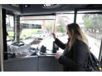 Yasaktan habersiz 25 bin kişiye otobüslerde maske dağıtıldı