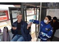 Manisa'da toplu taşımada vatandaşlara maske desteği