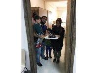 Bursa KYK yurdunda karantinaya alınan aileye evlilik yıl dönümü sürprizi
