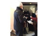 Yaşlıların maaşları ve ihtiyaçlıların destek ödemeleri evlerine götürülüyor