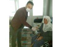 Gönüllü öğretmenler yaşlıların maaşını dağıttı