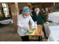 Gönüllü öğretmen ve okul personeli sağlıkçılara 'Koruyucu yüz siperliği' üretiyor