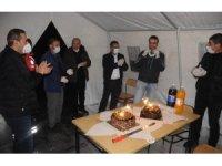Korona virüs nöbetindeki sağlık çalışanına sürpriz doğum günü kutlaması