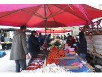 Erzurum'da maskesini takan pazara koştu