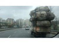 Beyoğlu'nda aşırı yüklü kamyon, trafikte tehlike saçtı