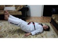 Down sendromlu Hilal, evinde antrenman yapıyor