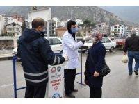 Amasya'da pazarda ve toplu taşıma araçlarında ücretsiz maske dağıtımı