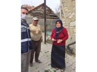 Gediz'de polis ve jandarma ekipleri kapı kapı yardım dağıttı