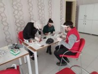 Sinop Gençlik Merkezi'nde siperlik maske üretiliyor