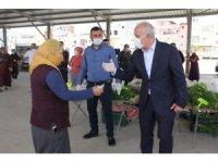 Mersin'de belediye başkanı pazarda maskesiz gezenlere geçit vermedi