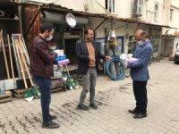 Sasonlu eczacı vatandaşlara 3 bin maske ve eldiven dağıttı