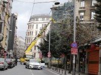 Beyoğlu'nda fırtına nedeniyle uçan iskele vatandaşları korkuttu