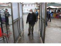 Burhaniye'de belediye kendi imkanlarıyla dezenfektan tüneli yaptı