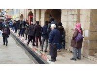 Vatandaşlar yoğunluk oluşturdu, bekçiler 'sosyal mesafe' uyarısı yaptı