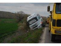 Yoldan çıkan süt tankeri şarampole düştü