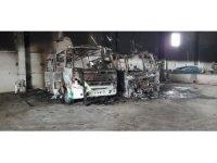Belediye garajında yangın çıktı, 2 minibüs yandı