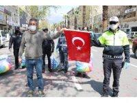 Kahramanmaraşlı esnaftan polislere yastık, bayrak