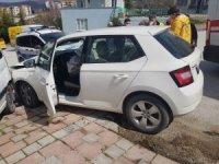 Otomobil park halindeki kamyonete çarptı; 1 yaralı