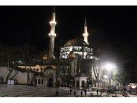 Berat Kandili'nde camiler korona virüs tedbirleri nedeniyle boş kaldı