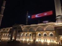 """Çamlıca Camii'nde """"Evde Kal Türkiyem"""" mahyası"""