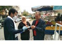 Pazar alışverişine gelenlere eldiven ve maske dağıtıldı