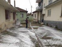 Cadde ve sokaklar köpüklü suyla yıkanıyor