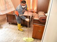 Yaşlı kadının kanalizasyon suyu basan evini belediye ekipleri temizledi