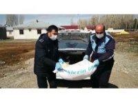 Zabıta ekipleri un çuvalını elleriyle taşıyıp yaşlı adamın evine getirdiler
