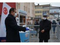 Vali Akbıyık vatandaşlara maske dağıttı