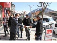 Belediye Başkanı Saklı'dan ücretsiz maske dağıtımı