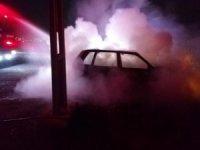 Yanan otomobildeki sürücü ölümden döndü