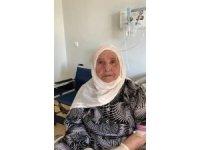 İstanbul'da korona virüsü yenen 93 yaşındaki Alye nine alkışlarla taburcu oldu