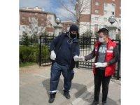 Gölbaşı Belediyesi apartman görevlilerine maske dağıttı